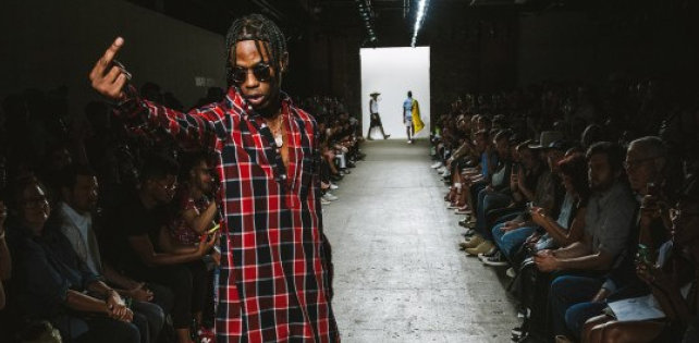 Travi$ Scott дефилировал, бегал и прыгал на показе Mark McNairy