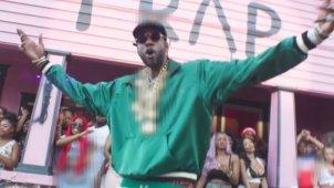2 Chainz возвращается во бело-розовый трэп-дом на клипе «Door Swangin»